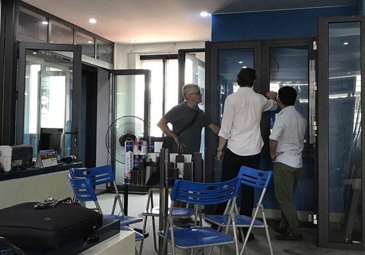 Quý khách hàng người Anh đến trực tiếp Xingfa để kiểm tra đánh giá chất lượng cửa nhôm Xingfa
