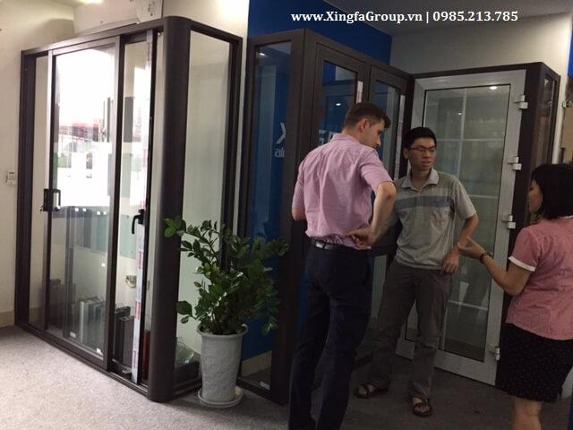 Quý khách hàng người Đức tại ShowRoom Xingfa để tận mục sở thị trải nghiệm